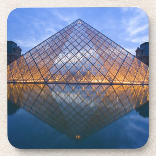 Francia, París. El Louvre en el crepúsculo. Crédit Posavasos