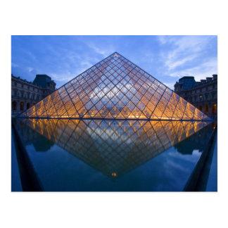 Francia, París. El Louvre en el crepúsculo. Crédit Tarjetas Postales