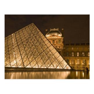 Francia, París. El Louvre en el crepúsculo. Crédit Tarjeta Postal