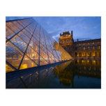 Francia, París. El Louvre en el crepúsculo. Postales