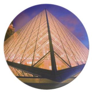 Francia, París. El museo del Louvre en el crepúscu Platos