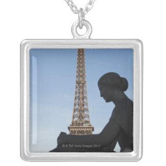 Francia, París, estatua de la mujer delante de Pendientes Personalizados