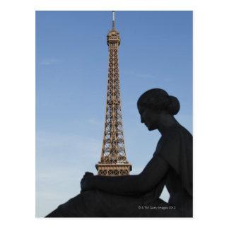 Francia, París, estatua de la mujer delante de Tarjetas Postales