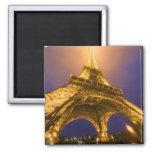 Francia, París. Mirada para arriba de la base de E Imán Cuadrado