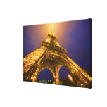 Francia, París. Mirada para arriba de la base de Impresión En Lienzo