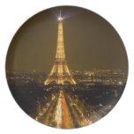 Francia, París. Opinión de la noche de la torre Ei Platos