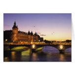 Francia, París, río el Sena y Conciergerie en Tarjetón