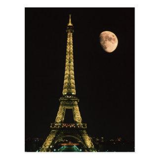 Francia, París. Torre Eiffel en la noche con Postales