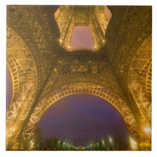 Francia, París. Torre Eiffel iluminada en 2 Azulejo