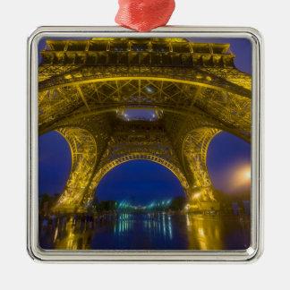 Francia, París. Torre Eiffel iluminada en Adorno Navideño Cuadrado De Metal