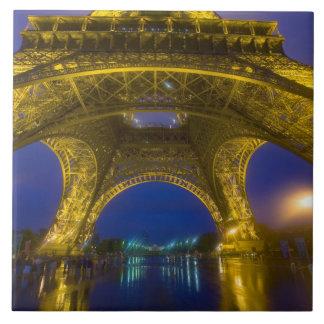 Francia, París. Torre Eiffel iluminada en Azulejo Cuadrado Grande
