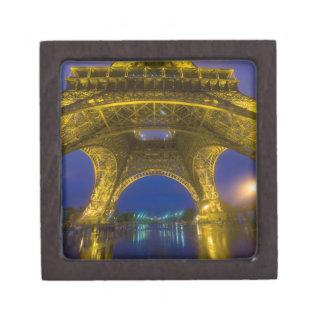 Francia, París. Torre Eiffel iluminada en Cajas De Recuerdo De Calidad
