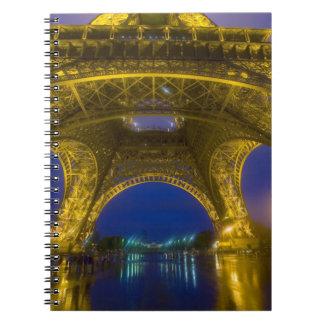 Francia, París. Torre Eiffel iluminada en Cuaderno