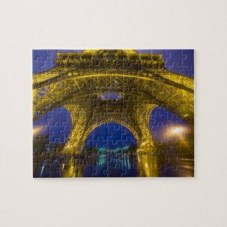 Francia, París. Torre Eiffel iluminada en Puzzle