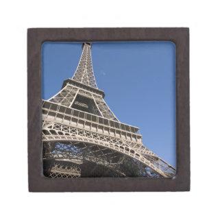 Francia, París, torre Eiffel, opinión de ángulo ba Cajas De Recuerdo De Calidad