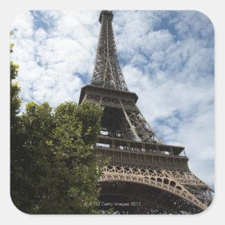 Francia, París, torre Eiffel y árbol, ángulo bajo Pegatina Cuadrada