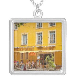 Francia, Provence, Moustiers-Ste-Marie. Crédito Colgante Cuadrado