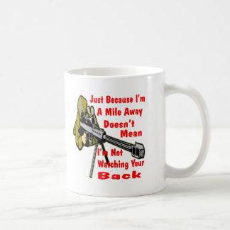 Francotirador que mira su parte posterior a la taza de café