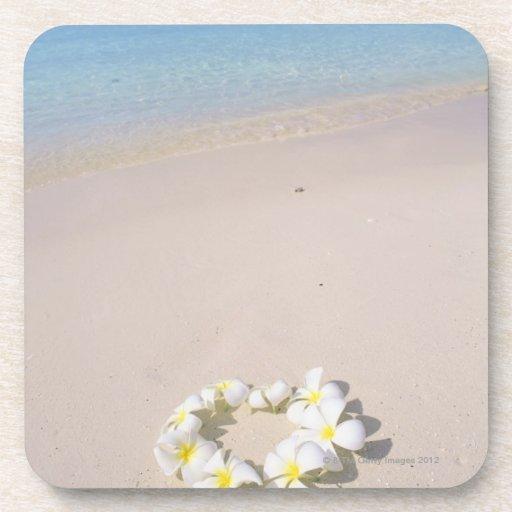 Frangipani en la playa posavasos de bebida