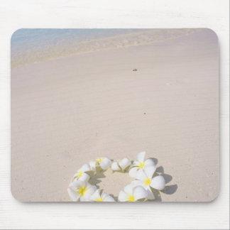 Frangipani en la playa tapete de ratones