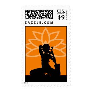 Franqueo anaranjado de la silueta de la yoga