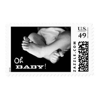 Franqueo blanco y negro de los pies del bebé