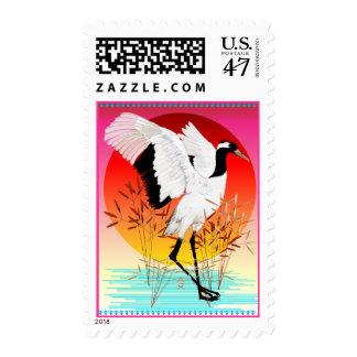 Franqueo coronado rojo de la grúa y del sol sello postal