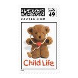 Franqueo de la vida del niño con el oso de peluche