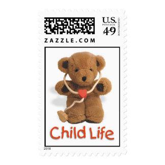 Franqueo de la vida del niño con el oso de peluche timbre postal