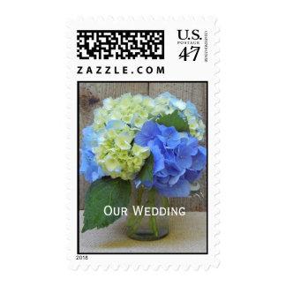 Franqueo del boda - tarro de albañil azul de los timbres postales
