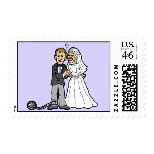 Franqueo divertido de la novia y del novio