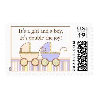 Franqueo doble del chica y del muchacho del gemelo timbres postales