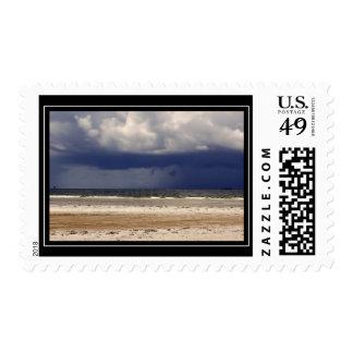 Franqueo tempestuoso de la playa sello
