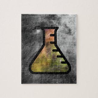 Frasco mágico de la alquimia sobre la página de puzzle con fotos