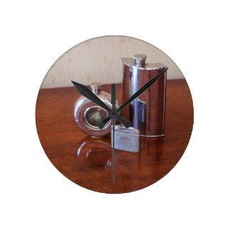 Frascos y encendedor de la cadera del vintage relojes de pared