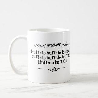 Frase del búfalo del búfalo taza básica blanca