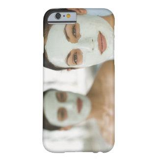 Frauen, die in den Schönheitsschlammmasken lächeln Barely There iPhone 6 Case