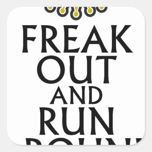 freak hacia fuera y corra alrededor de tees.png pegatina cuadrada