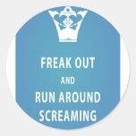 Freak hacia fuera y corra alrededor del griterío etiqueta redonda
