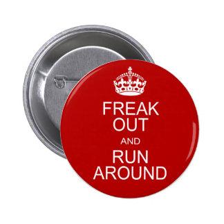 Freak hacia fuera y corra alrededor pin redondo 5 cm