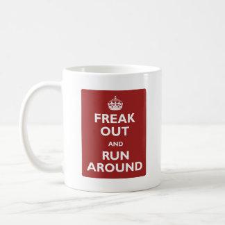 Freak hacia fuera y corra alrededor taza
