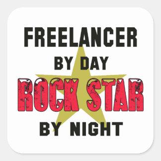 Freelancer por el día rockstar por noche pegatina cuadrada