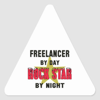 Freelancer por el día rockstar por noche pegatina triangular