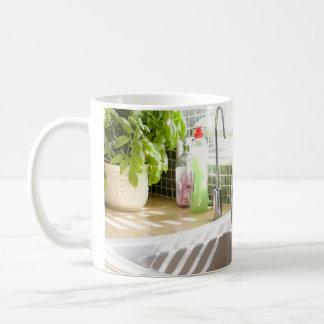 Fregadero de cocina y el lavarse para arriba en lu taza de café