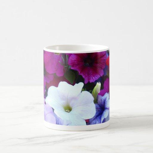Frenesí floral púrpura taza básica blanca