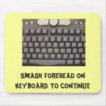 Frente del choque en el teclado a continuar alfombrillas de ratón