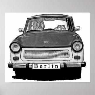 Frente trabante del coche, blanco y negro, Berlín Póster