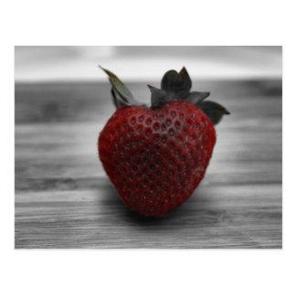 Fresa roja brillante en blanco y negro postal