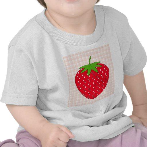 Fresa roja en control de la guinga camiseta