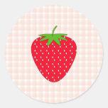 Fresa roja en control de la guinga etiquetas redondas